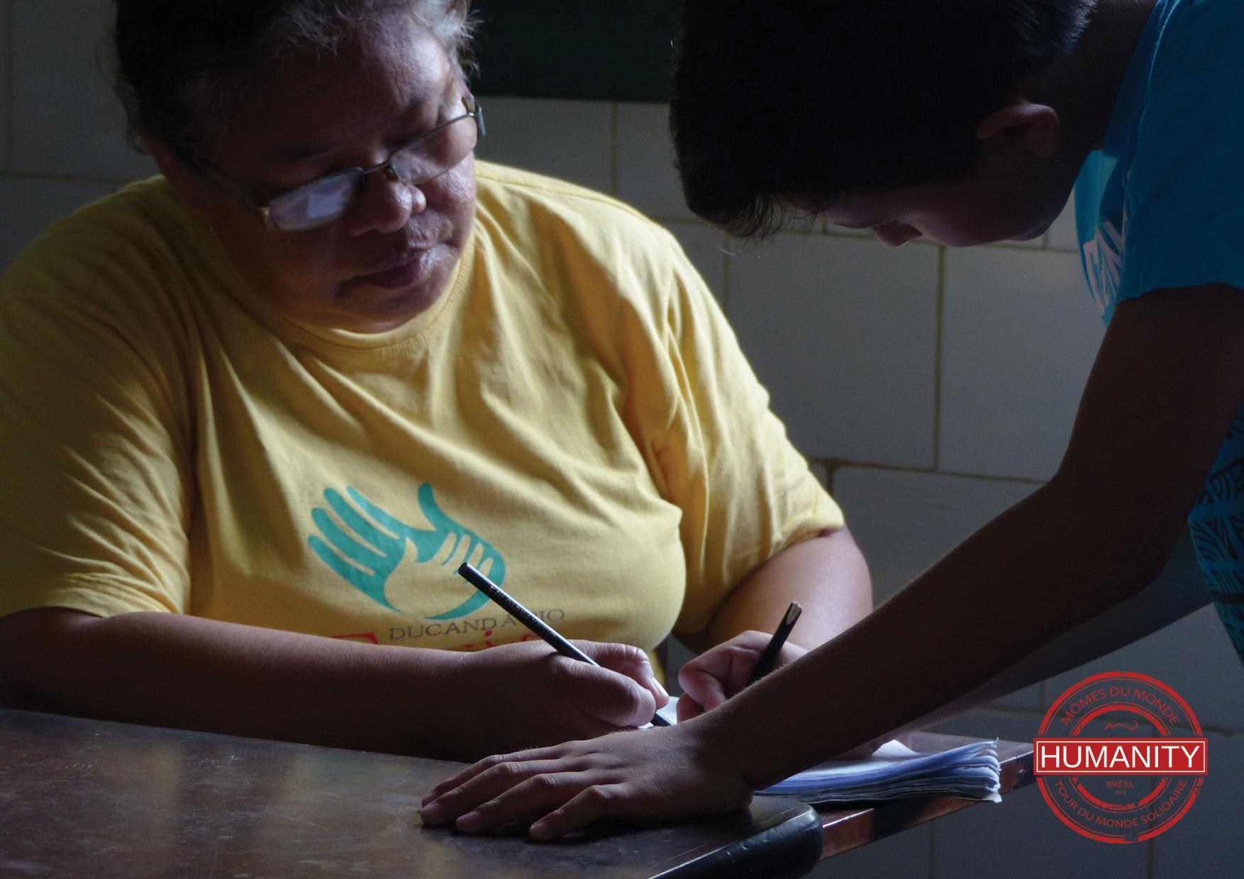 femme enfant ecriture stylo